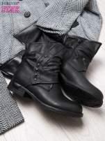Czarne botki z guziczkami i asymetryczną cholewką za kostkę                                  zdj.                                  2