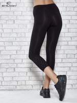 Czarne legginsy sportowe z aplikacją z dżetów na nogawkach