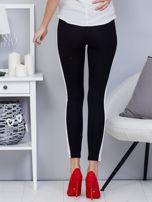 Czarne legginsy z białym lampasem                                  zdj.                                  2