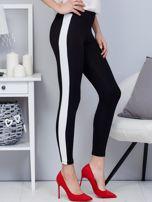 Czarne legginsy z białym lampasem                                  zdj.                                  1
