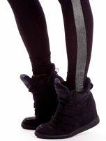 Czarne legginsy z błyszczącymi lampasami                                  zdj.                                  5