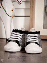 Czarne ocieplane buciki dziecięce w wzór jodełki                                  zdj.                                  1