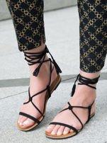 Czarne sandały wiązane wokół kostki ozdobnym chwostem                                  zdj.                                  1
