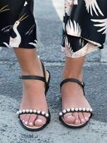 Czarne sandały z ozdobnymi perełkami na przodzie cholewki                                  zdj.                                  1