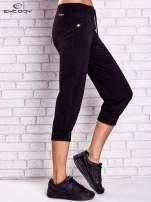 Czarne spodnie capri z dżetami i lampasami                                  zdj.                                  3