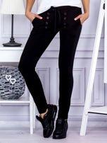 Czarne spodnie dresowe z dwoma rzędami guzików                                  zdj.                                  1