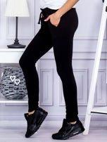 Czarne spodnie dresowe z dwoma rzędami guzików                                  zdj.                                  3