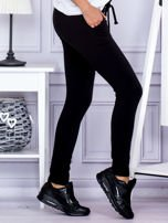 Czarne spodnie dresowe z dwoma rzędami guzików                                  zdj.                                  5