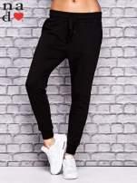 Czarne spodnie dresowe z troczkami                                  zdj.                                  1