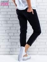 Czarne spodnie regular jeans z dżetami                                  zdj.                                  2
