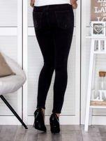 Czarne spodnie rurki used look                                   zdj.                                  2