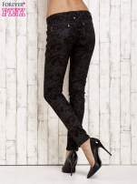 Czarne spodnie rurki we wzór abstract                                  zdj.                                  2