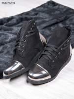 Czarne zamszowe sneakersy z ozdobnym suwakiem i lustrzanymi wstawkami                                                                          zdj.                                                                         2