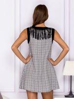 Czarno-biała sukienka z frędzlami przy dekolcie                                  zdj.                                  2