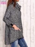 Czarno-biały melanżowy sweter z szerokim golfem i kieszeniami                                  zdj.                                  3