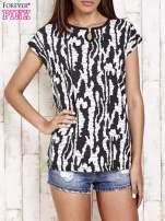 Czarno-biały t-shirt w abstract print z łezką                                                                          zdj.                                                                         1