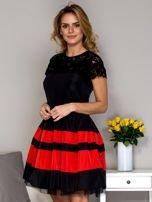 Czarno-czerwona sukienka ze spódnicą w pasy                                  zdj.                                  5