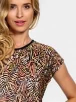Czarno-koralowy t-shirt w graficzne wzory                                  zdj.                                  5
