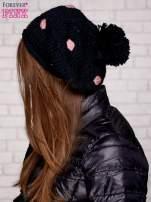 Czarno-różowa czapka w grochy