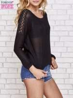Czarny błyszczący sweter z koronkowymi wstawkami                                  zdj.                                  3