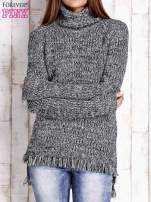 Czarny melanżowy sweter z golfem i frędzlami na dole