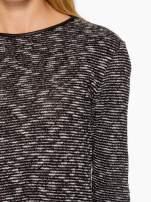 Czarny melanżowy sweter ze skórzaną lamówką przy dekolcie