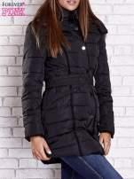 Czarny pikowany płaszcz z paskiem                                  zdj.                                  3