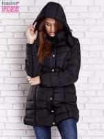 Czarny pikowany płaszcz z paskiem                                  zdj.                                  6