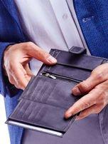 Czarny portfel męski ze skóry naturalnej z tłoczeniem i zapięciem na zatrzask                                  zdj.                                  4