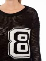 Czarny siatkowy sweter z nadrukiem numerycznym