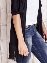 Czarny sweter z podwijanymi rękawami i frędzlami