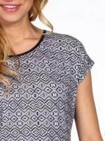 Czarny t-shirt w geometryczny wzór