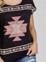 Czarny t-shirt we wzory azteckie z dżetami                                  zdj.                                  5