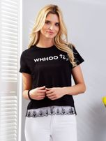 Czarny t-shirt z aplikacją i koronkowym wykończeniem                                  zdj.                                  5