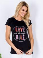 Czarny t-shirt z kolorowym napisem                                  zdj.                                  1
