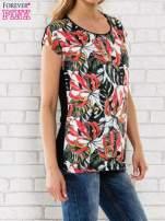 Czarny t-shirt z motywem egzotycznych kwiatów                                  zdj.                                  3