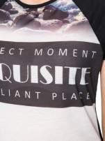 Czarny t-shirt z nadrukiem pejzażu i napisem EXQUISTE z dżetami