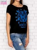 Czarny t-shirt z nadrukiem tygrysa i zipem z tyłu                                  zdj.                                  3