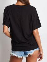 Czarny t-shirt z napisem i wstążką                                  zdj.                                  2