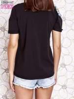Czarny t-shirt z naszywką motyla i pomponami                                  zdj.                                  4