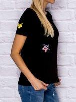 Czarny t-shirt z naszywkami                                  zdj.                                  3