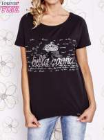 Czarny t-shirt z ozdobnym napisem i kokardą                                  zdj.                                  1