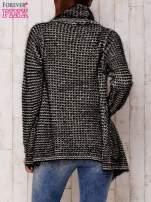 Czarny włochaty otwarty sweter