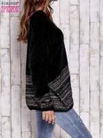 Czarny włochaty sweter oversize z kolorową nitką                                   zdj.                                  3