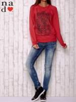Czerwona bluza z motywem dłoni