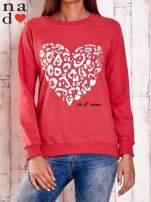 Czerwona bluza z nadrukiem serca i napisem JE T'AIME