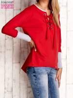 Czerwona bluza z wiązaniem i szerokim ściągaczem                                  zdj.                                  3