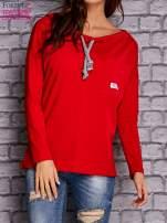 Czerwona bluzka z wiązaniem przy dekolcie i kieszenią                                  zdj.                                  1