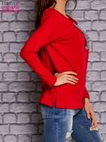 Czerwona bluzka z wiązaniem przy dekolcie i kieszenią                                  zdj.                                  3