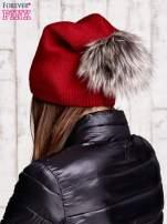 Czerwona czapka z futrzanym pomponem i przypinką                                  zdj.                                  3